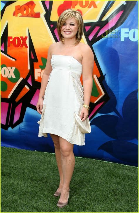 Kelly clarkson attributes weight loss to thyroid issue jpg 800x1222